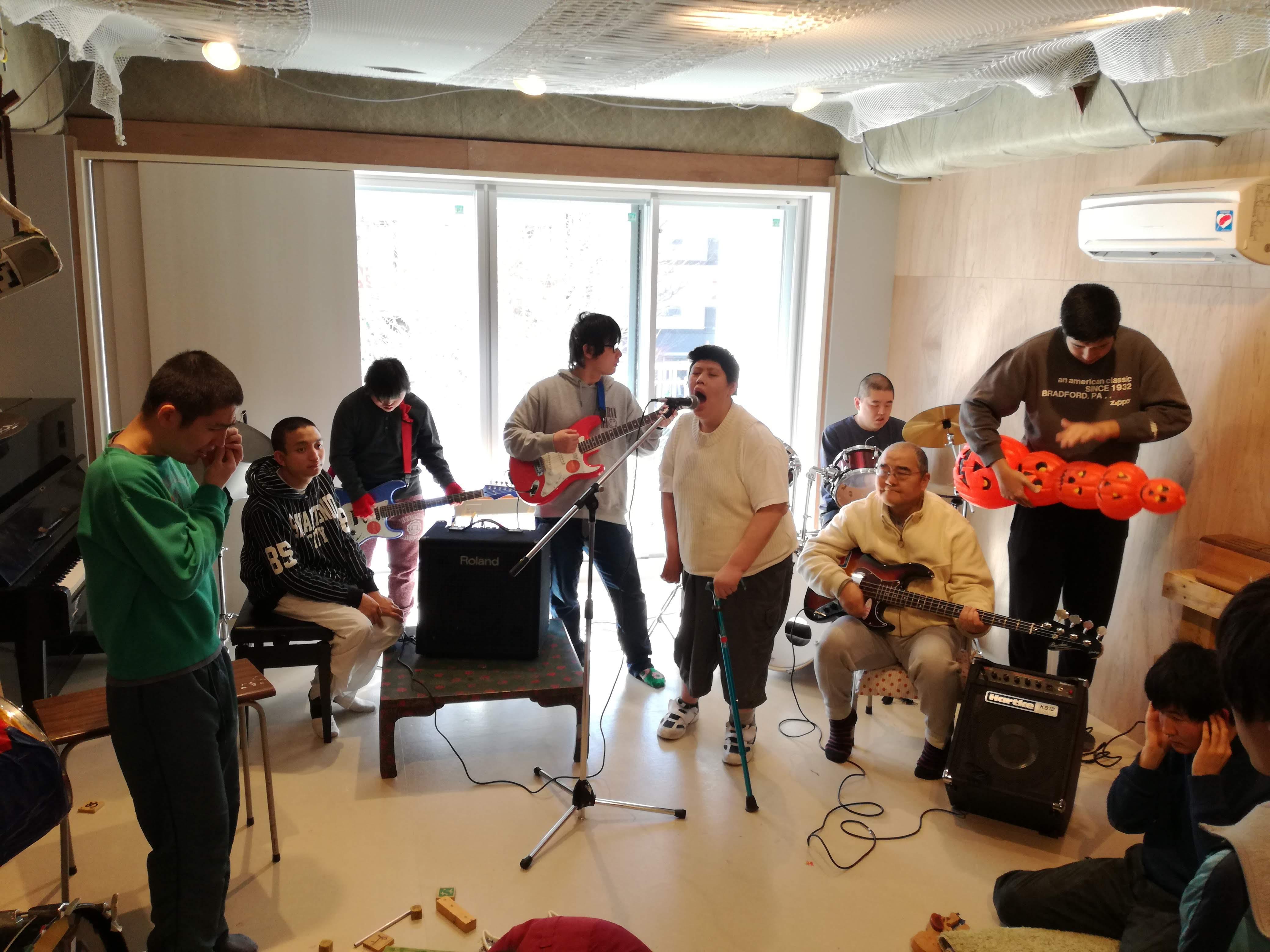 赤い羽根共同募金からエアコンと楽器の助成をいただきました!